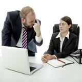 La mujer del hombre de negocios piensa que el empleado es estúpido imágenes de archivo libres de regalías