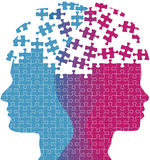 La mujer del hombre hace frente a rompecabezas del problema del pensamiento de la mente Imágenes de archivo libres de regalías