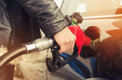 La mujer del inconformista llena el coche de la gasolina Imagen de archivo