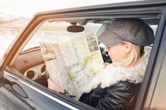 La mujer del inconformista ve el mapa Imagen de archivo
