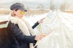 La mujer del inconformista ve el mapa Fotografía de archivo