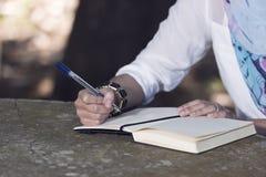 La mujer del Islam escribe el diario imagen de archivo libre de regalías