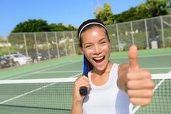 La mujer del jugador de tenis que da los pulgares sube emocionado feliz Fotos de archivo