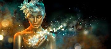 La mujer del modelo de moda en chispas de oro brillantes coloridas y las luces de neón que presentan con fantasía florecen Retrat fotos de archivo