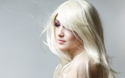 La mujer del modelo de moda en la luz, retrato del modelo hermoso con el maquillaje fluorescente, diseño del arte colorido compon Imagenes de archivo