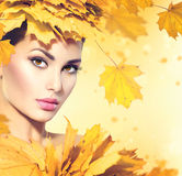 La mujer del otoño con amarillo deja estilo de pelo imagen de archivo