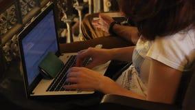 La mujer del periodista escribe en el ordenador portátil metrajes