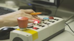 La mujer del primer presiona los botones en teledirigido almacen de video