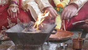 La mujer del primer vierte el agua con la cuchara en el pote de la chimenea