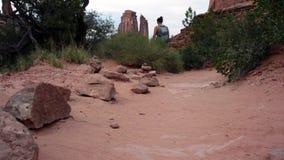 La mujer del rastro del desierto de los arcos camina lejos almacen de video