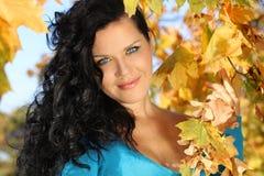 La mujer del retrato con belleza compone en otoño Imagen de archivo