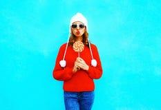 La mujer del retrato con la piruleta en rojo hizo punto el suéter Imagen de archivo libre de regalías