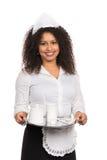 La mujer del servicio está sosteniendo una tableta con café Fotografía de archivo