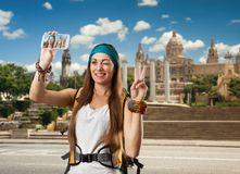 La mujer del viajero con la mochila está tomando el selfie Fotografía de archivo