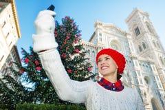 La mujer del viajero que tomaba el selfie en la Navidad adornó Florencia Foto de archivo libre de regalías