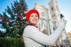 La mujer del viajero que tomaba la foto en la Navidad adornó Florencia Fotografía de archivo