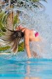La mujer delgada es el saltar de la piscina Imagen de archivo