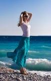 La mujer delgada goza del viento caliente del mar Foto de archivo libre de regalías