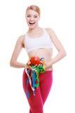 La mujer deportiva del ajuste con medida graba la fruta. Hora para adelgazar de la dieta. Imagenes de archivo