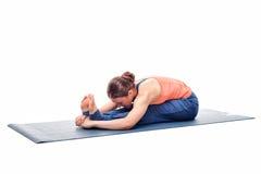 La mujer deportiva practica asana de la yoga de Ashtanga Vinyasa Imagenes de archivo