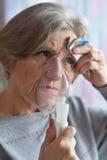 La mujer derriba enfermedad un frío en casa Imagen de archivo