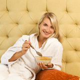 La mujer desayuna en cama Foto de archivo libre de regalías