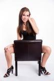 La mujer descalza hermosa joven imponente monta el cuero a horcajadas negro Fotos de archivo