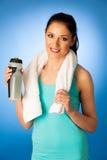 La mujer descansa después de entrenamiento de la aptitud con la toalla alrededor de su dri del cuello Imagen de archivo
