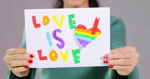 La mujer desconocida muestra símbolo del arco iris de la bandera de LGBT almacen de video