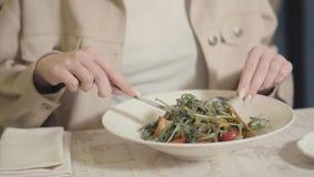 La mujer desconocida que iba a comer maravillosamente sirvió los tallarines del alforfón del apetito con los tomates del arugula  almacen de metraje de vídeo