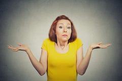 La mujer desorientada desconcertada encoge hombros Fotografía de archivo libre de regalías