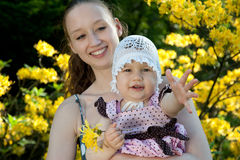 La mujer detiene a la hija fotografía de archivo libre de regalías