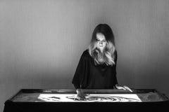 La mujer dibuja en la arena, animación de la arena, arena está vertiendo de sus manos Fotos de archivo libres de regalías
