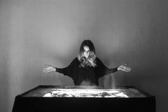 La mujer dibuja en la arena, animación de la arena, arena que se derrama fuera de dos manos Imagenes de archivo