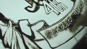 La mujer dibuja en la arena, animación de la arena en un cuarto oscuro en el Día de la Independencia almacen de metraje de vídeo