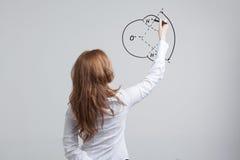 La mujer dibuja la molécula de agua Imágenes de archivo libres de regalías
