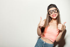La mujer diseñada joven atractiva está gesticulando Fotos de archivo