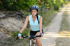 La mujer disfruta de biking recreativo de la montaña Fotos de archivo libres de regalías