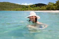 La mujer disfruta de día asoleado en la playa del Caribe. Fotos de archivo