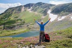 La mujer disfruta de hermosa vista en las montañas foto de archivo