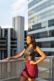 La mujer disfruta de la puesta del sol en el balcón de un edificio Fotos de archivo