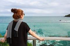 La mujer disfruta de la visión en el punto de visión en el peñasco, isla del sur, Imagen de archivo libre de regalías