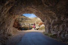 La mujer disfruta de luz del sol en la salida del túnel Fotos de archivo