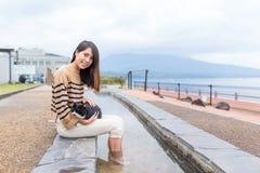 La mujer disfruta de su pie onsen en al aire libre Fotografía de archivo libre de regalías