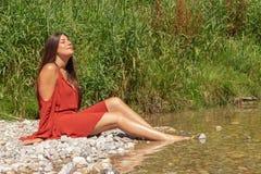 La mujer disfruta de su tiempo libre en el río de Isar en Munich imagen de archivo