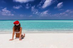 La mujer disfruta de su tiempo de vacaciones del invierno en una playa tropical imagen de archivo libre de regalías