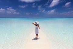La mujer disfruta de sus vacaciones tropicales en una playa del paraíso imágenes de archivo libres de regalías
