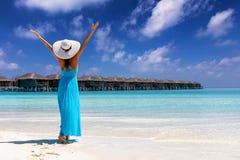 La mujer disfruta de sus vacaciones tropicales de la playa en las islas de Maldivas imagen de archivo