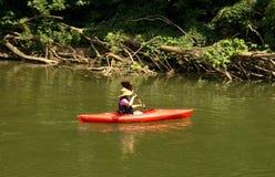 La mujer disfruta de un día en el río de Roanoke Fotos de archivo