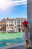 La mujer disfruta de la visión a la arquitectura del canal grande en Venecia, Italia fotografía de archivo